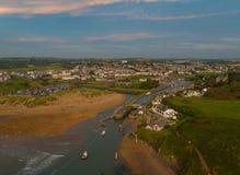 Bude Noord-Cornwall Engeland het UK met de kleurrijke hutten van het pastelkleurstrand op een mooie dag Stock Afbeeldingen