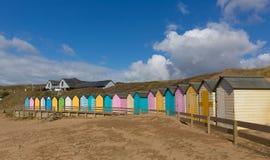 Bude Noord-Cornwall Engeland het UK met de kleurrijke hutten van het pastelkleurstrand op het strand Stock Afbeelding