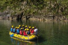 BUDECEVICA,黑山- 2017年8月8日:漂流在塔拉河的旅游小组 免版税库存图片
