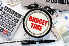 Budget- övning eller förutsett begrepp med den gamla ringklockan och röd text Royaltyfri Foto