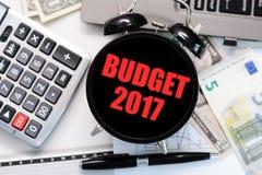 Budget- övning eller prognos för det kommande året av begreppet 2017 med den gamla klockan Royaltyfri Fotografi