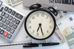 Budget- övning eller prognos för det kommande året av 2017 med den gamla klockan Royaltyfri Fotografi
