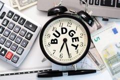 Budget- övning eller prognos med gammalt klockabegrepp Royaltyfri Fotografi