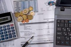 Budget annuel, recherche de marché et rapport de gestion avec l'ordinateur portable, euro billets, pièce et stylo photos stock
