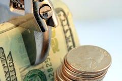 budget- besparingar drar åt royaltyfria bilder