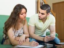Budget calculateur de jeunes couples Photo libre de droits