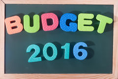 Budget coloré 2016 de mot au conseil noir comme fond Images libres de droits