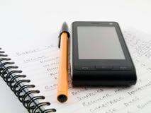 Budget commercial à la maison avec le téléphone portable Images libres de droits
