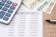 Budget, försäljning, budget, försäljning, månatlig rapport, räknemaskin och räknemaskin och euro för månatlig rapport för euro Arkivfoton