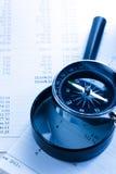 Budget, förstoringsglas och kompass Arkivfoton