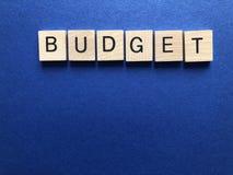Budget i träbokstäver för alfabet 3d royaltyfri bild