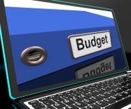 Budget- mapp på bärbara datorn som visar den finansiella rapporten Royaltyfri Bild