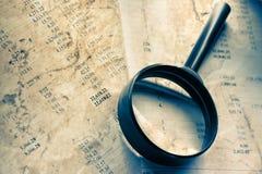 Budget och förstoringsglas Arkivbild