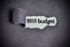 budget- ord 2015 under sönderrivet svart sockerpapper Fotografering för Bildbyråer