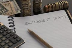 Budget- planläggningsbegrepp Notepad med text för budget 2019 arkivfoto