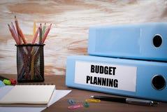 Budget-Planung, Büro-Mappe auf hölzernem Schreibtisch Auf dem Tisch colo Stockfotografie