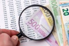 Budget- text med förstoring, 100 euro, räknemaskin Arkivbilder