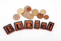 budgeter Träbokstäver på en vit bakgrund royaltyfri fotografi