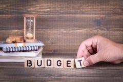 budgeter Träbokstäver på kontorsskrivbordet royaltyfria bilder