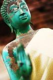 Budha雕象注重了面孔和与模糊的手 库存图片