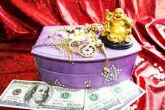 Budha dourado e rã dourada no fundo vermelho Foto de Stock