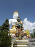 Budha e statua gigante Fotografie Stock Libere da Diritti