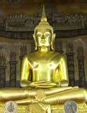 Budha i tempelet Arkivbilder