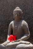 Budha mit roter Blume Lizenzfreie Stockfotografie