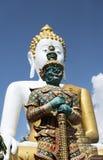 Budha und riesige Statue Stockfotografie