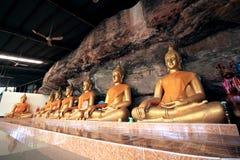 Budhha statyer inom grottan i Ubon, Thailand Fotografering för Bildbyråer