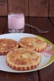 Budini al forno della ricotta mini con l'uva passa ed il yogurt in un vetro Immagine Stock Libera da Diritti