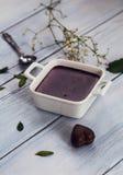 Budino al cioccolato con il cioccolato ed i fiori a forma di del cuore Fotografie Stock