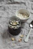 Budino al cioccolato con le briciole e le noci della meringa Fotografie Stock Libere da Diritti