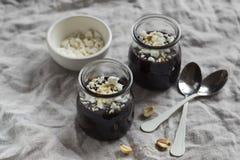 Budino al cioccolato con le briciole ed i dadi della meringa Fotografie Stock Libere da Diritti