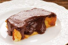 Budino al forno casalingo con la glassa del chololate sul piatto bianco Fotografie Stock
