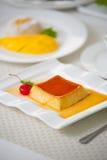 Budino del caramello su un piatto bianco Fotografie Stock