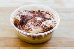 Budino del pane dell'ananas con la salsa del caramello della noce di cocco immagine stock