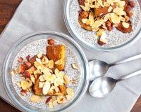 Budino del seme di chia della vaniglia con le prugne al forno ed i dadi Fotografie Stock Libere da Diritti