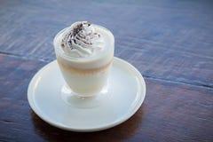 Budino delizioso del latte con cioccolato grattato sopra il tovagliolo immagini stock
