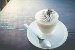 Budino delizioso del latte con cioccolato grattato sopra il tovagliolo fotografia stock libera da diritti