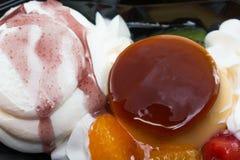 Budino della miscela del gelato con frutta deliziosa Immagine Stock