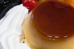 Budino della miscela del gelato con frutta deliziosa Immagini Stock Libere da Diritti