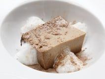 Budino di prugna completato con cacao in polvere Fotografia Stock