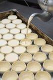 Budino di riempimento dell'uovo del vaso nella fila del soffio Immagini Stock