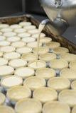 Budino di riempimento dell'uovo del vaso nella fila del soffio Fotografie Stock