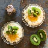 Budino di riso con il kiwi e l'inceppamento arancio Immagine Stock