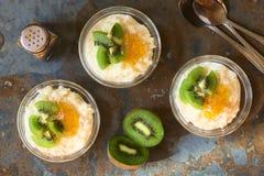 Budino di riso con il kiwi, l'inceppamento arancio e la cannella Immagini Stock