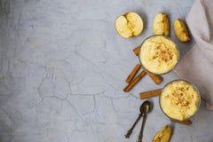 Budino di riso flatlay con le mele e la cannella, dessert del riso in c Immagini Stock Libere da Diritti