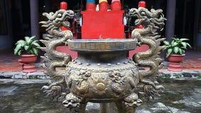 Budismo Palillos aromáticos en templos y pagodas de Asia almacen de metraje de vídeo