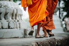 Budistas cerca de un stupa en un templo budista Imagen de archivo libre de regalías